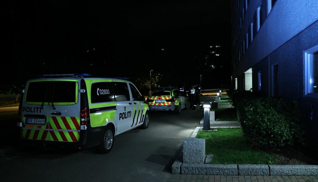 En ung mann er fraktet til sykehus etter ha blitt knivstukket ved Haugenstua rett før midnatt lørdag.