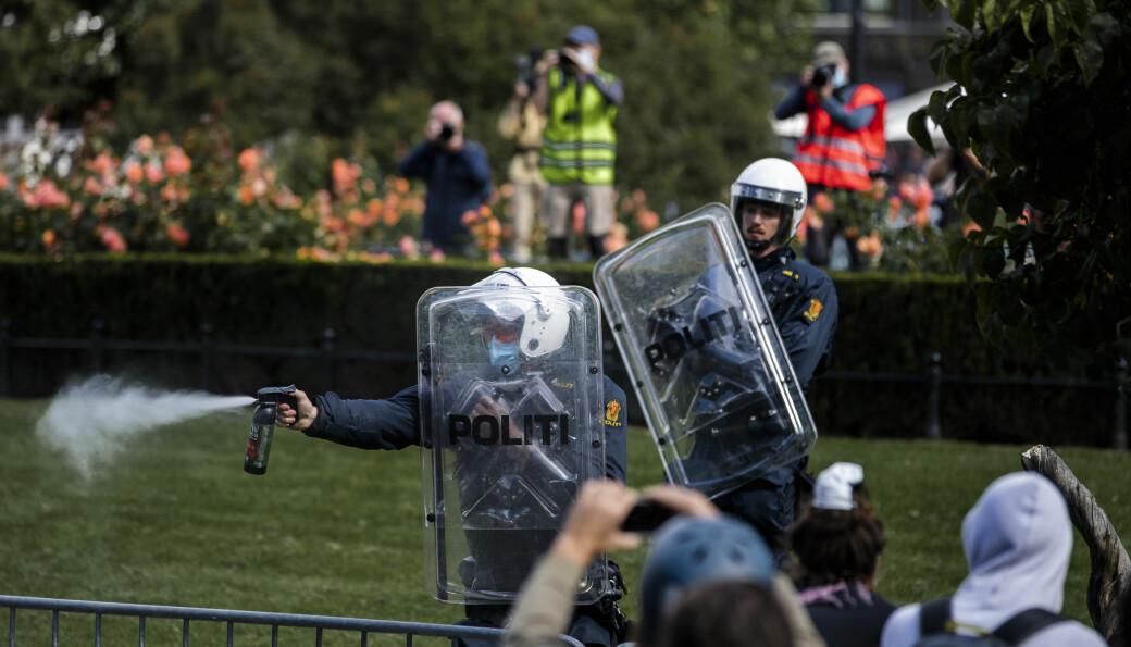Politiet sprayer tåregass mot demonstranter under Sians markering foran Stortinget lørdag ettermiddag.