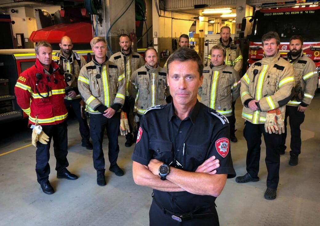 Brannsjef i Oso, Jon Myroldhaug, ber osloborgere varsle brannvesenet om de kjenner til ulovlige fester i sitt nærmiljø. Her sammen med brannmannskapene som var i aksjon under lørdagsnattas raveparty på St. Hanshaugen.