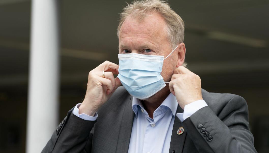 Byrådsleder Raymond Johansen tar på seg munnbind under et besøk på koronateststasjonen utenfor Aker legevakt.