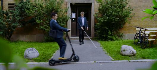 Blindeforbundet bruker humor i kampen mot elsparkesykler. Se den elleville videoen