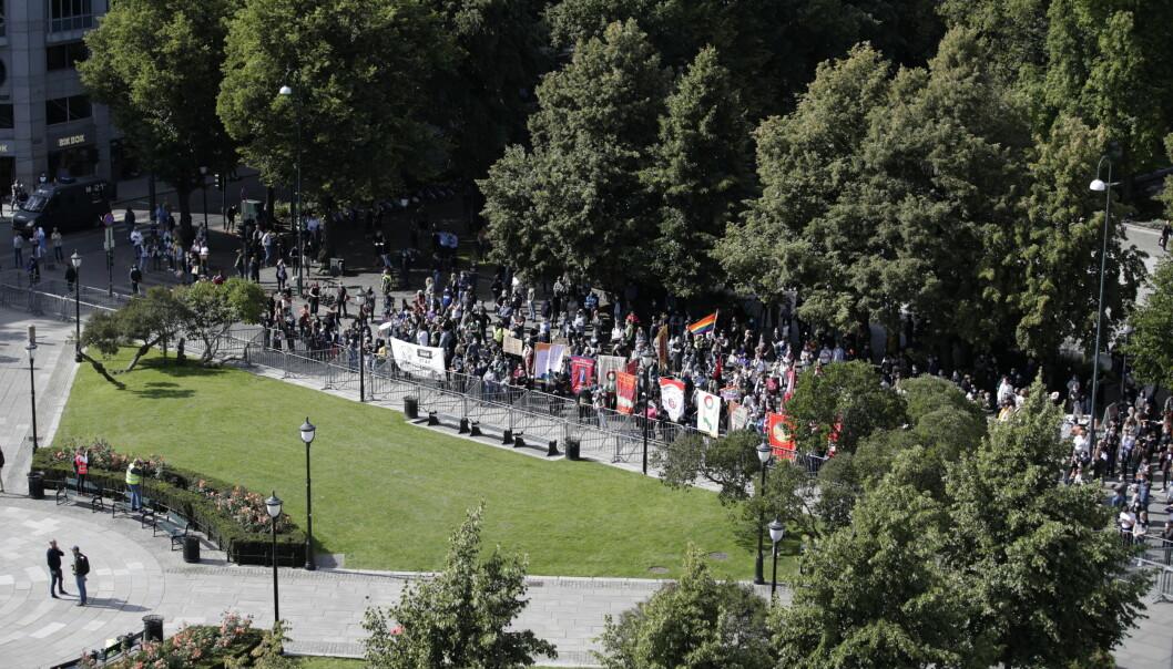 Motdemonstrasjon mot Sians markering i Oslo i helgen. Politiet valgte å avbryte arrangementet på grunn av fare for liv og helse.