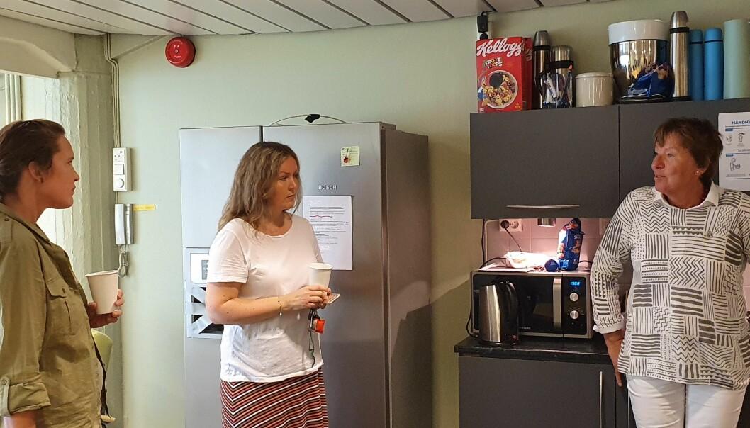 Kjøkkenet på Aktivitetshuset Frogner. Fra venstre koordinator Anna Nunes, miljøterapeut Nina Winge og ordfører Marianne Borgen.