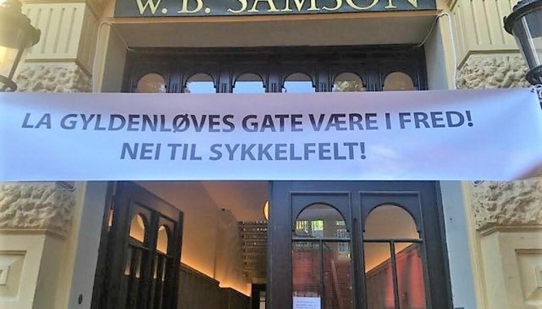 Flere steder i Gyldenløves gate har naboene hengt opp bannere for å markere motstand mot sykkelvei.