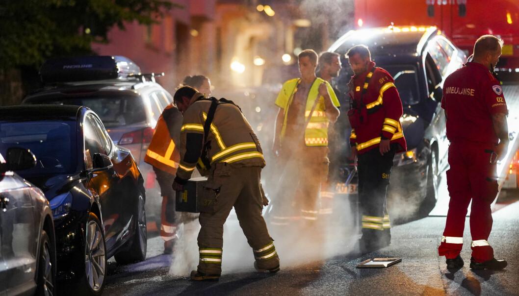Politiet i Oslo har rykket ut med flere patruljer etter at en bil har kjørt inn i rundt 20 biler samt flere bygninger på Frogner. En person er lettere skadd.