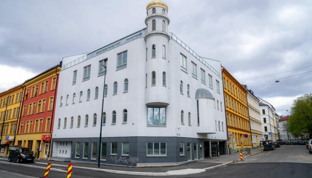 Politipatruljen som rykket ut til moskeen i Åkebergveien måtte lete en stund før de fant fingertuppen til den fornærmede kvinnen. Tirsdag må en 52 år gammel kvinne møte i Oslo tingrett, tiltalt for grov kroppsskade etter å ha bitt den av.