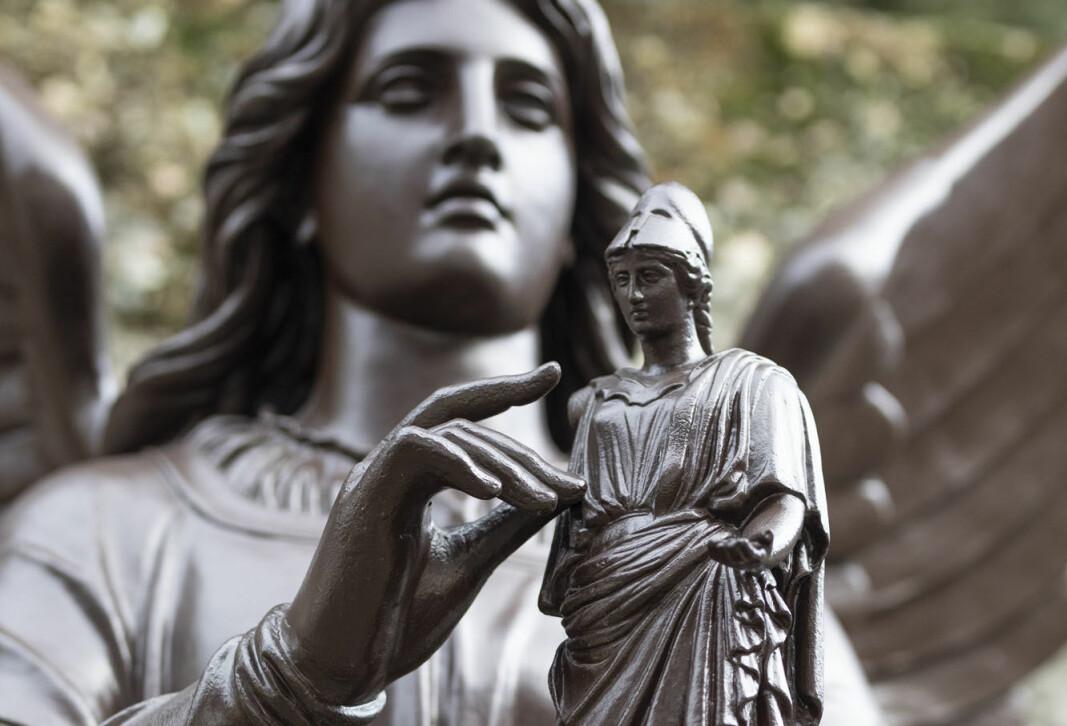 Athene, den greske guden for strategi, krig og visdom, står utenfor Niels Henrik Abels hus på Blindern.
