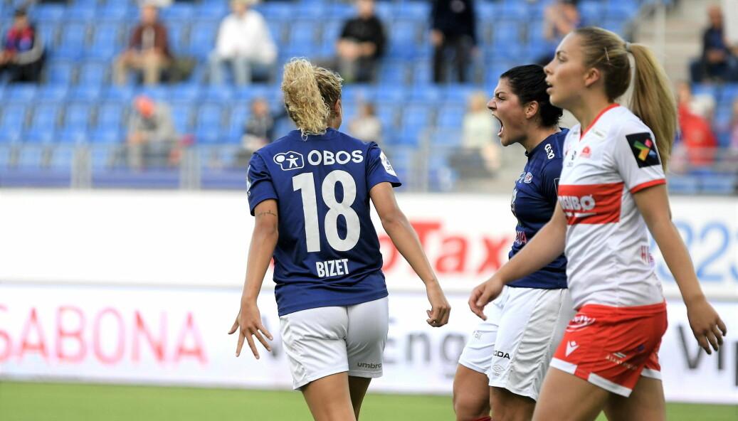 Vålerenga-damene gikk av banen uten tap for ellevte gang på rad lørdag. Her jubler Dejana Stefanovic (t.h) og Celin Bizet Ildhusøy etter Stefanovics 1-0-scoring.