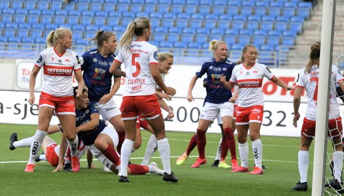 Serbiske Dejana Stefanovic (noe gjemt) scorer Vålerengas første mål lørdag ettermiddag.