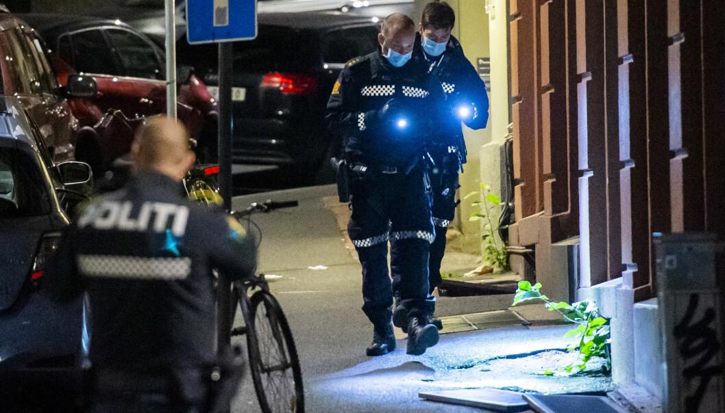 Politiet er på stedet etter melding om at en person er knivstukket. En bil skal ha kjørt fra stedet.