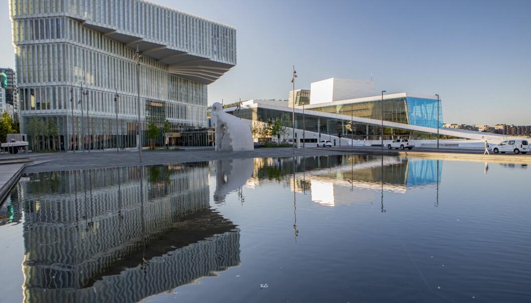 Oslos hovedbibliotek Deichman Bjørvika (t.v.) har hatt gode besøkstall i sommer. I bakgrunnen er operahuset.