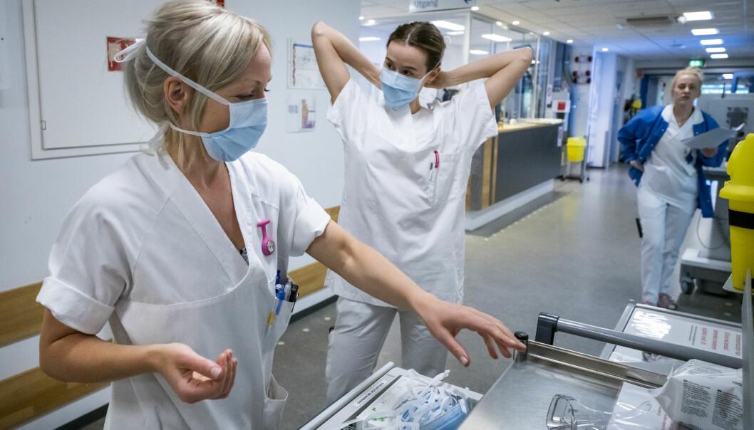 Sykepleiere gjør seg klare til å ta imot en mulig koronapasient på akuttavdelingen på Diakonhjemmet i Oslo.
