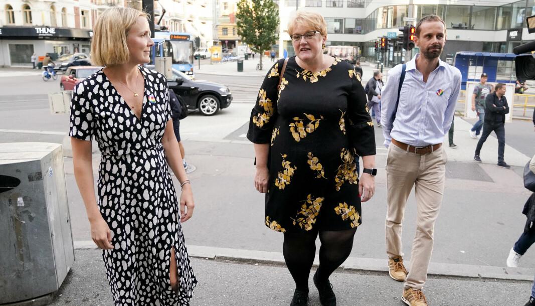 Bystyrerepresentant for Oslo Venstre, Marit Vea, storingsrepresentant Trine Skei Grande og bystyrerepresentant Hallstein Bjercke på Majorstuen T-banestasjon.