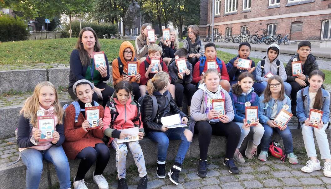 Klasse 6A på Lakkegata med hver sin antologi fra Bokslukerprisen. Neste de skal lese er tegneserien Spesialklassen av Flu Hartberg.