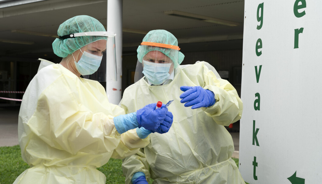 Sykepleier Ingrid Frøshaug Forbord (til v.) viser byrådsleder Raymond Johansen (Ap) testutstyret for korona av utenfor teststasjonen på Aker legevakt.