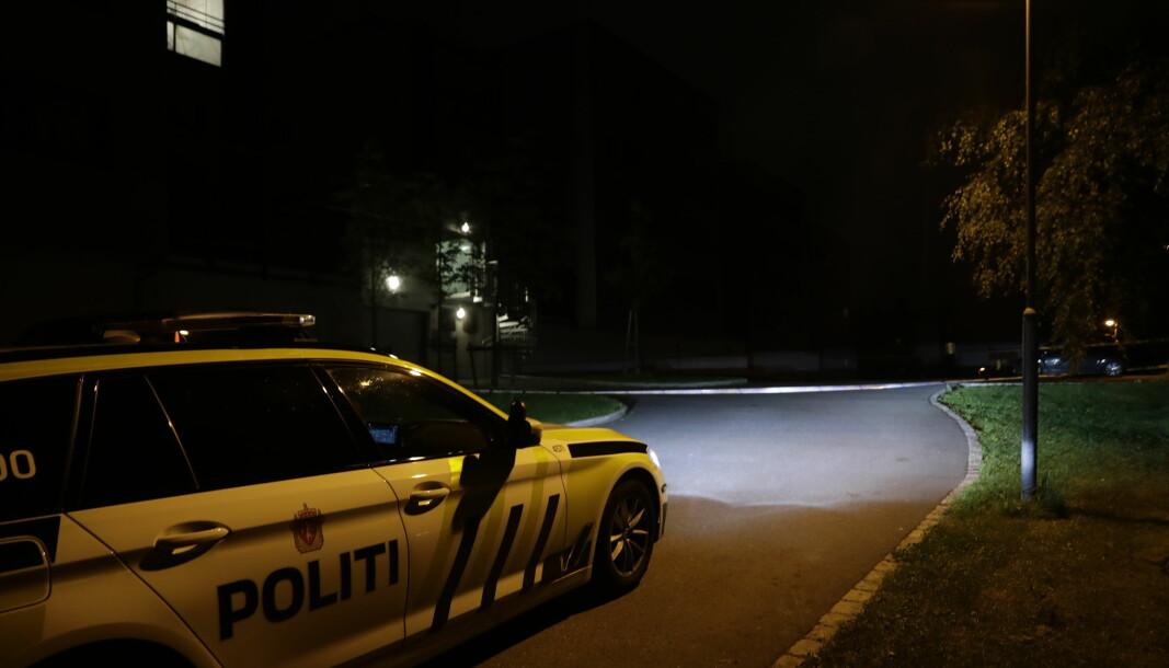 Flere personer lå og sov i en leilighet på Furuset da det ble avført skudd gjennom et vindu natt til onsdag. Ingen ble skadd i hendelsen.