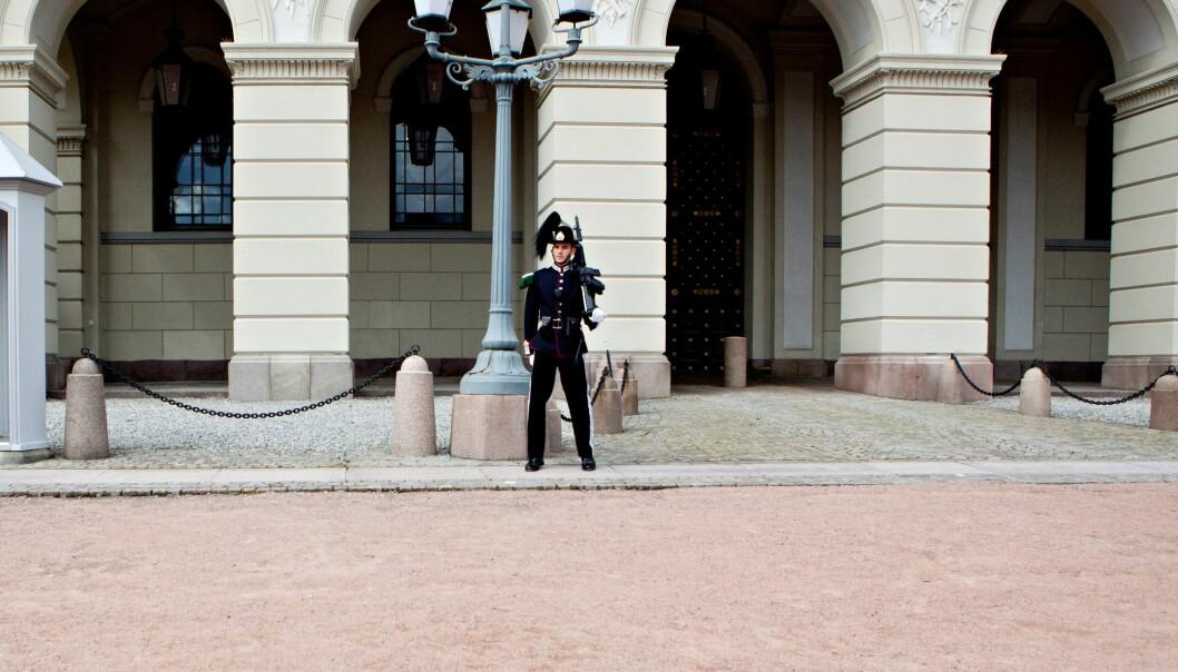 I tillegg til å ha drapstruet to gardister kom 22-åringen med rasistiske uttalelser til en politimann da han ble pågrepet.