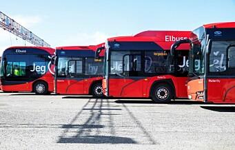 Oslos elbusser står parkert mens dieselbusser frakter passasjerer gjennom byen
