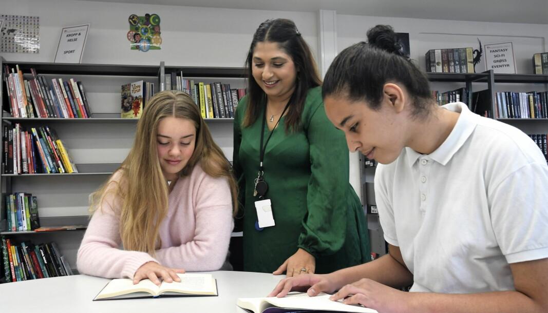 Sofienberg-elevene Maja Reidel (til v.) og Yassin Oussalem er skeptiske til en eventuell nedleggelse av skolens bibliotek. Det er også biblioteksansvarlig Saira Khan (i midten)