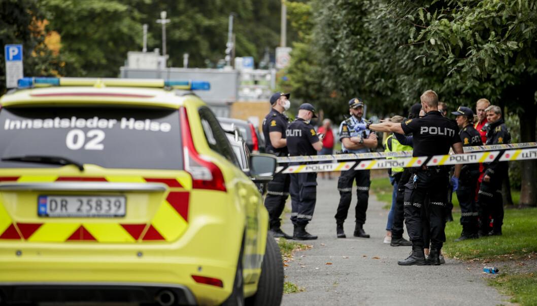 Politiet på plass i Jacob Aals gate etter knivstikking. Nå søker de etter en antatt gjerningsmann.