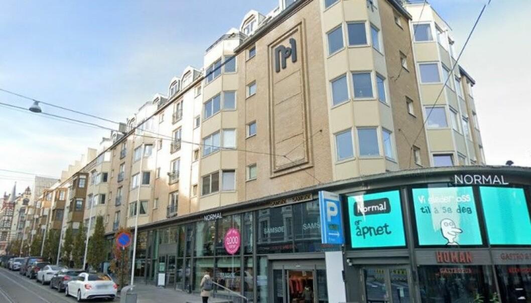 En av kundene til den 42 år gamle kvinnen bisto med å skaffe en leilighet i Bogstadveien, som ble brukt til sex-salg, mener Oslo tingrett.