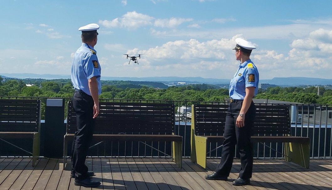 En av politiets egne droner i aksjon og på vei inn for landing på taket hos Politidirektoratet.