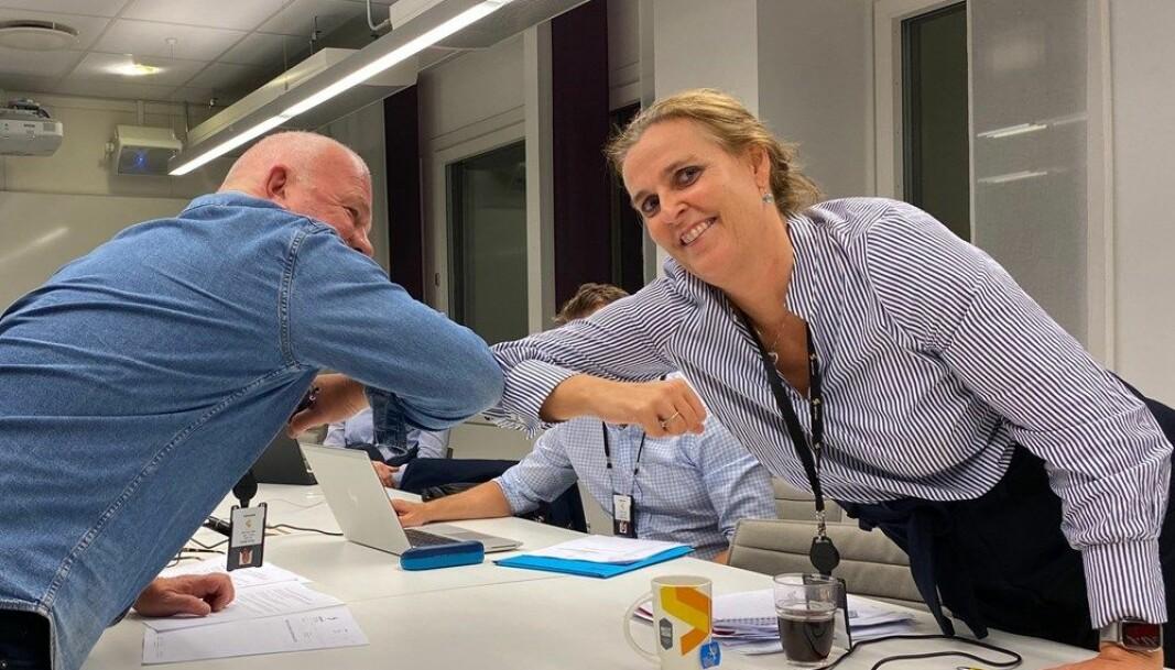 Fagforeningsleder Rune Aasen tar en koronahils med sin motpart i Sporveien, Christina S. Wiggen, konserndirektør HR, i Sporveien.