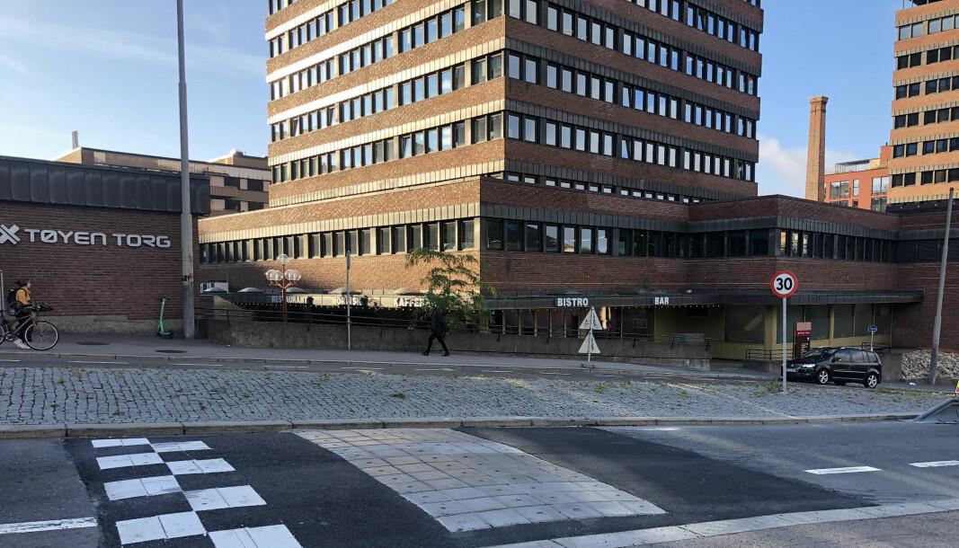 Nå har det endelig kommet en fartshump i Økernveien for å forbedre trafikksikkerheten rundt Tøyen skole. Men ifølge Veslemøy Blokhus, FAU-leder ved Tøyen skole, suser fortsatt bilene alt for fort forbi den gamle skolen.