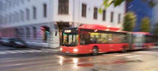 Syklist alvorlig skadd etter å ha kollidert med buss