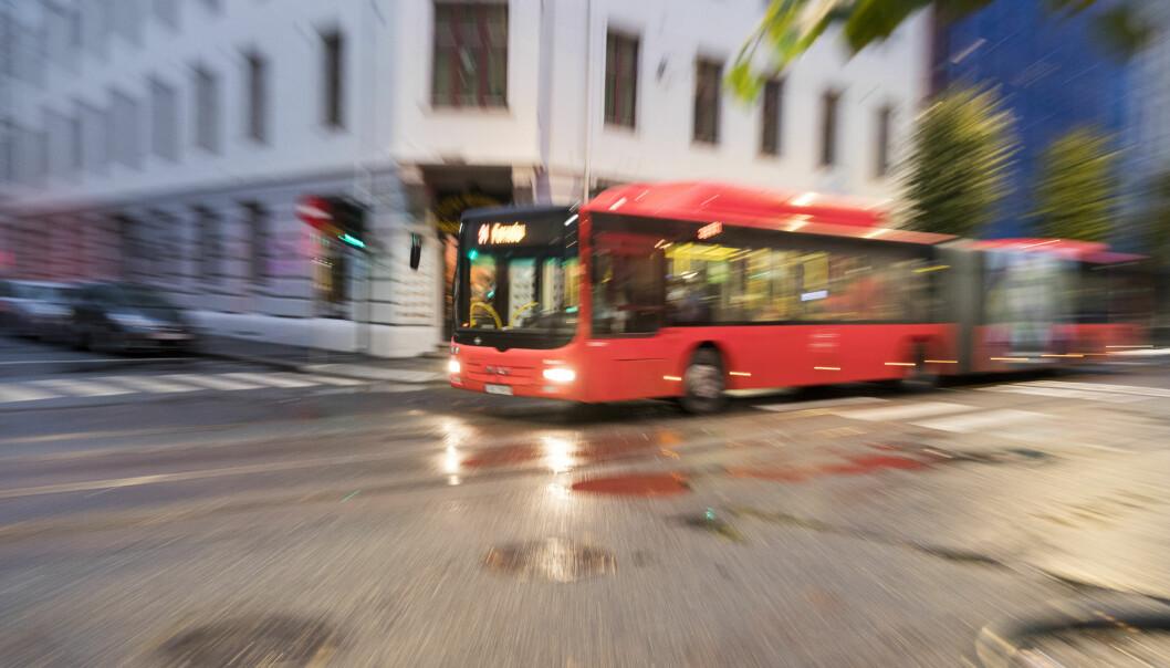 Mannen ble sendt til Ullevål sykehus med alvorlige skader etter å ha kollidert med en buss i Oslo sentrum.