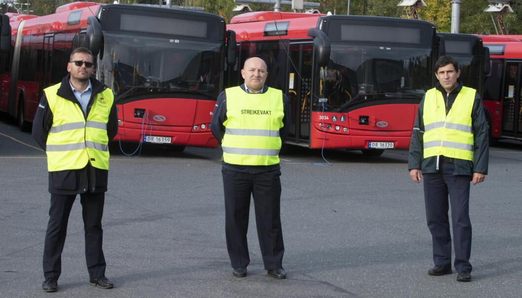 Hariusz Rozycki tv., Steinar Selseth og Milos Mastik fra Unibuss står streikevakter på Ulven i Oslo. 3800 bussjåfører er tatt ut i streik og store deler av Oslo og Viken er rammet.