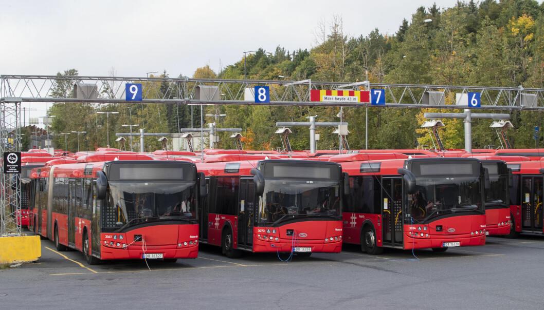 bussjåfører er tatt ut i streik og store deler av Oslo og Viken er rammet. Bussene står som her på Ulven i Oslo.