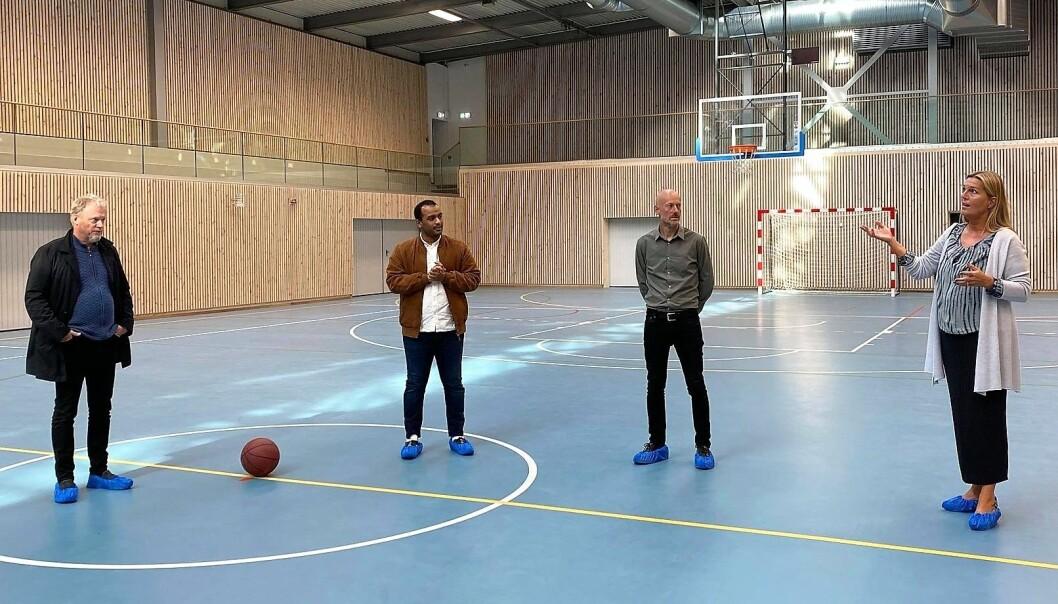 Fra venstre i den nye hallen: byrådsleder Raymond Johansen og, byråd Omar Samy Gamal. Til høyre: avdelingsdirektør i Kultur- og idrettsbygg, Merete Hoff.