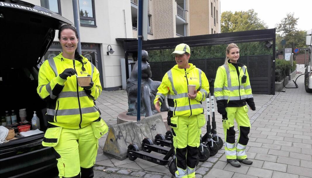 Motivator Hanne Marit Holten (til v.) er på besøk hos trafikkvaktene i Essendrops gate. Her sammen med Heidi Johansen og Monika Arvoni (til h.).