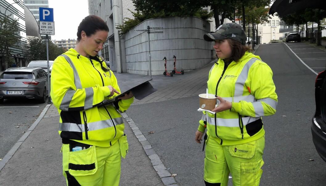 Liten pause før kranbilen kommer, og motivator Holten (til venstre) og Marianne Hansen blir enige om at Hansen trenger nye arbeidsklær. Sammen legger de inn en bestilling.