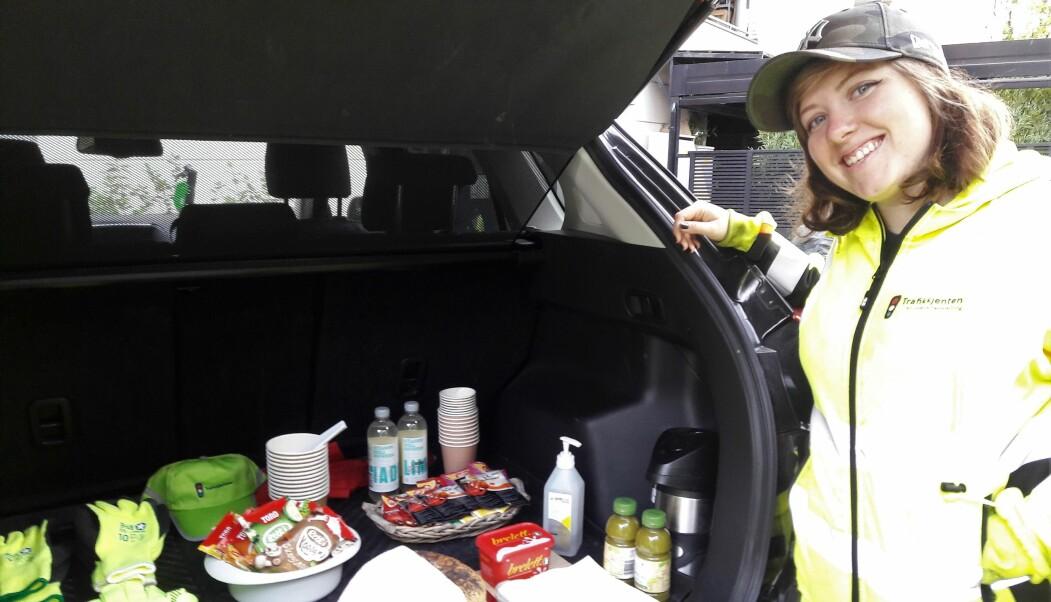 Marianne Hansen er fornøyd med at motivator Hanne Mari Holten har en liten kantine bak i bilen.