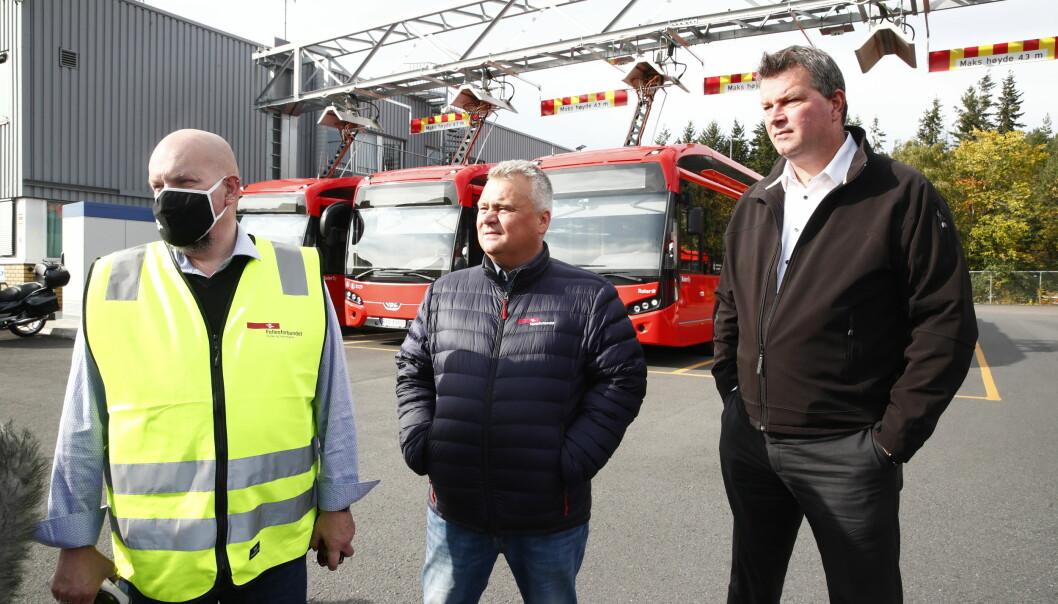 LO-Leder Hans-Christian Gabrielsen (t.h.) og forbundsleder Jørn Eggum møter streikende bussarbeidere, her representert ved Annstein Garnes, verneombud i Unibuss (t.v.)