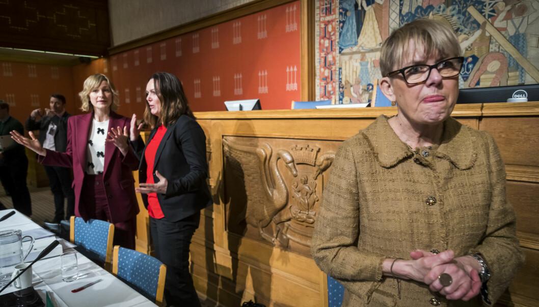 Til venstre skolebyråd Inga Marte Thorkildsen (SV) mens Astrid Søgnen (til h.) under en høring i bystyresalen etter at sitnevnte var blitt presset ut av jobben som utdanningsdirektør.