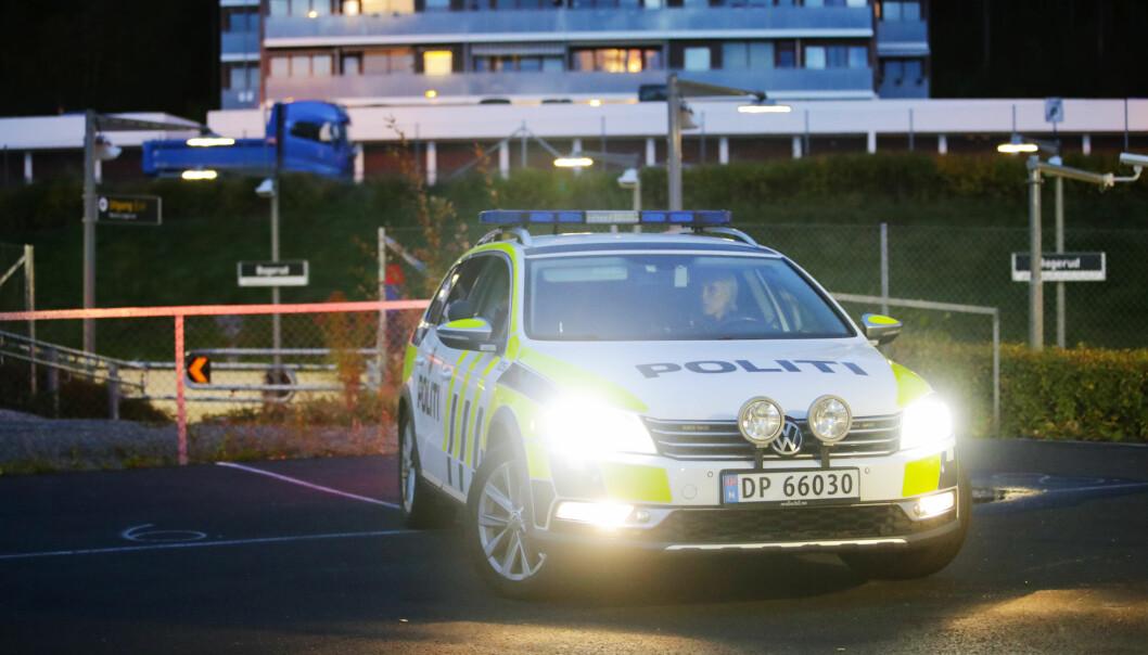 En 16 år gammel gutt ble hogd i ansiktet med en stor kniv ved Bogerud T-banestasjon torsdag. Åtte personer skal ha vært involvert i voldshendelsen, mener politiet.