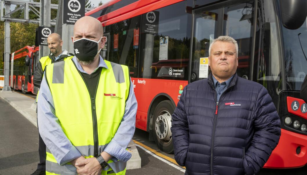 Forbundsleder Jørn Eggum møter streikende bussarbeidere. Tillitsvalgte Annstein Garnes tv.