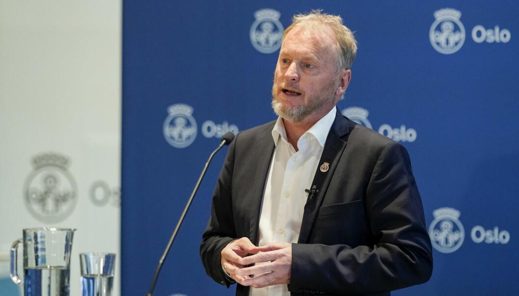 — Gjennom helgen har helseministeren gått til det uvanlige steget å true med å overstyre Oslo, sa Raymond Johansen (Ap) på pressekonferansen mandag.