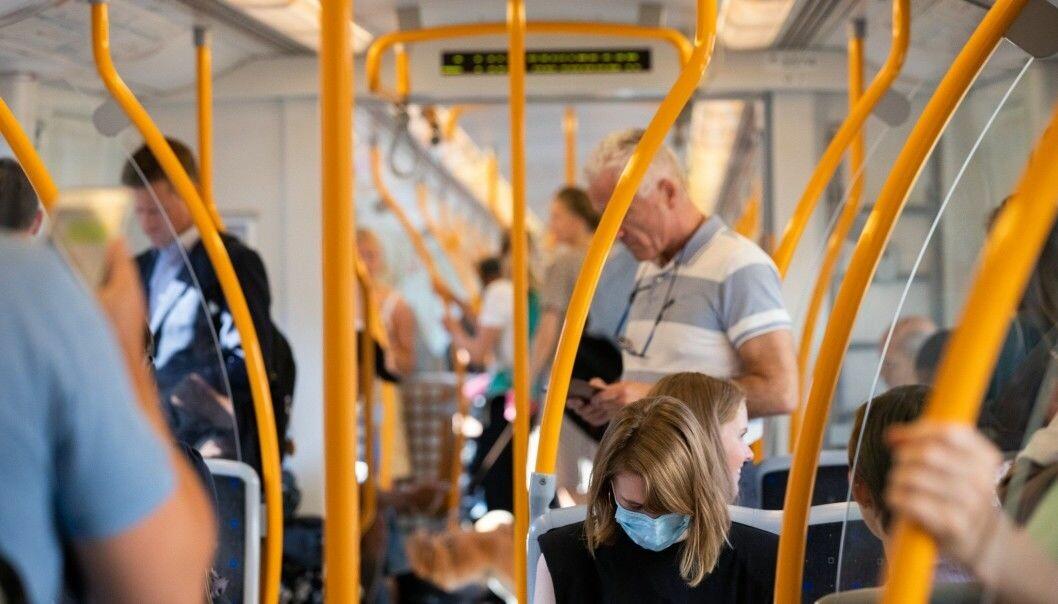 Munnbind blir påbudt i Oslos kollektivtrafikk fra klokken 12 tirsdag 29. oktober hvis det ikke er mulig å holde en meters avstand.