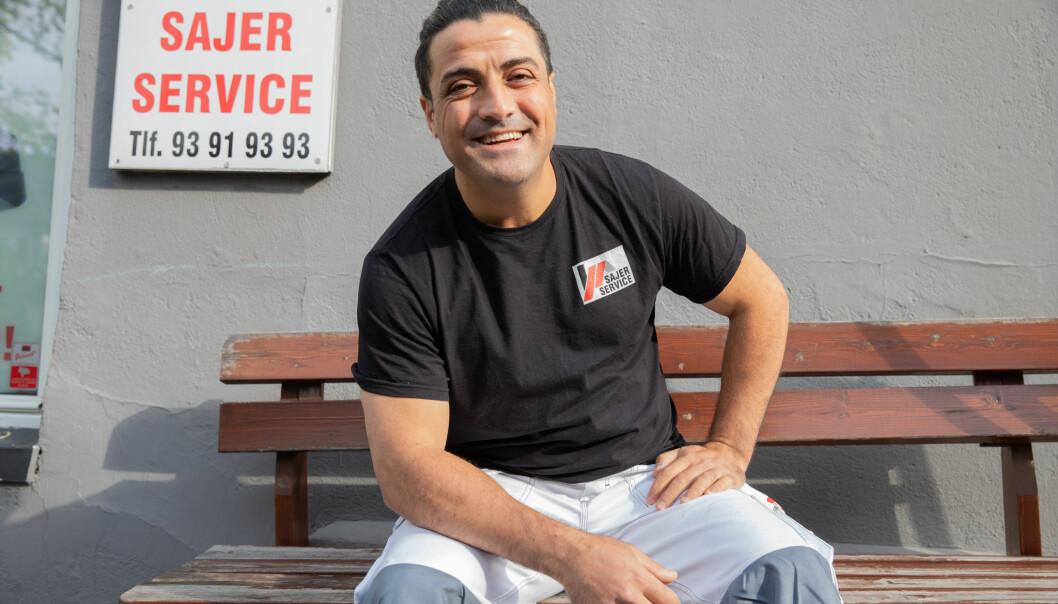 Ghassan Sajer smiler stort sittende på benken han fikset til de eldre i nabolaget på Kampen.
