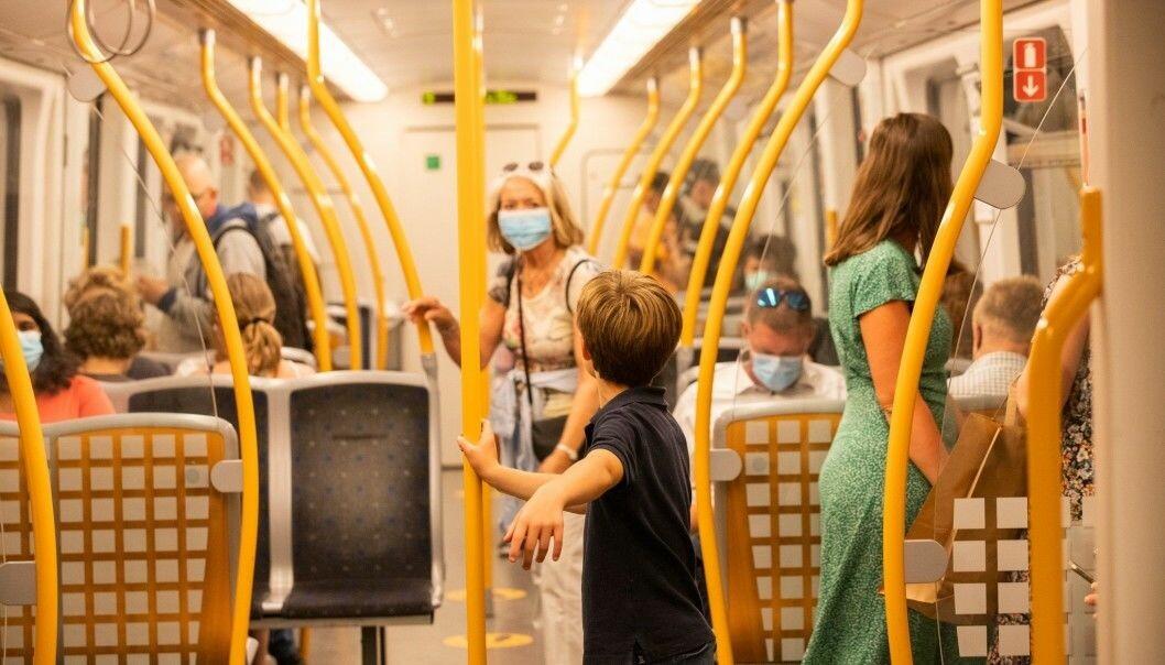 Barn under 12 år og personer som av medisinske grunner ikke kan bære munnbind, er ikke omfattet av munnbindpåbudet i Oslos kollektivtrafikk.