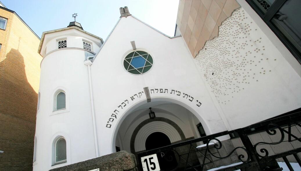 Tre nynazister fra den Den ordiske Motstandsbevegelsen ble bortvist fra Bergstien utenfor den jødiske synagogen under søndagens Yom kippúr-feiring.