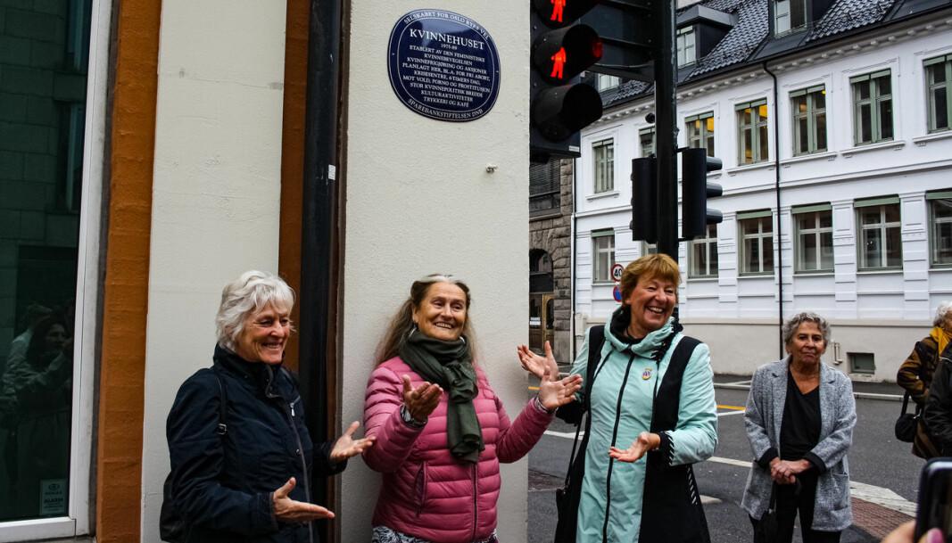 Under avdukingen av det blå skiltet på det tidligere Kvinnehuset. Fra venstre: professor Liv Finstad, organisatoren Inge Ås og ordfører Marianne Borgen.