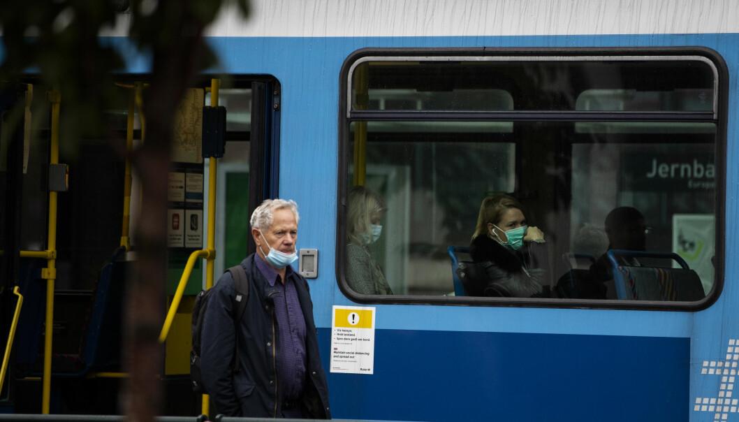 Regelen er at alle skal bruke munnbind i kollektivtrafikken i Oslo.