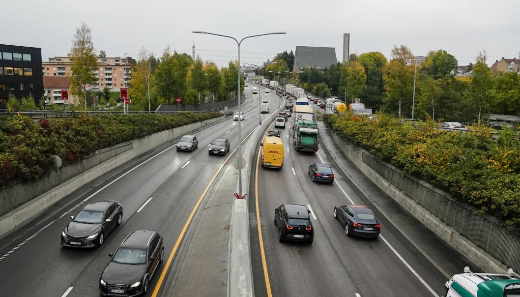 Store trafikale problemer og kø etter at E6 er blitt stengt mellom Manglerud og Ryen på grunn av en brann i et vogntog.
