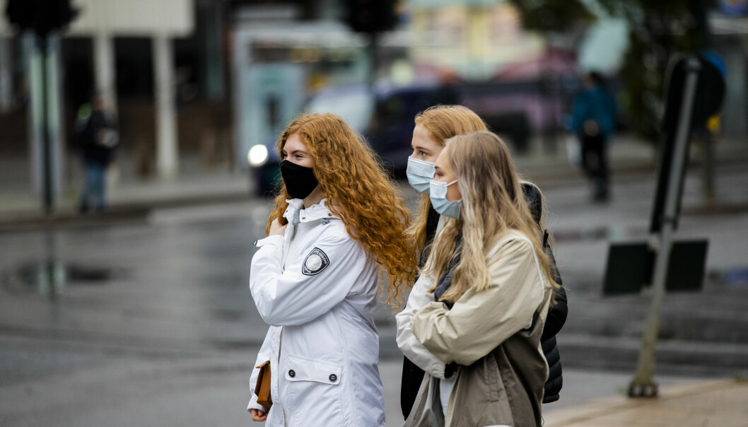 Folk med munnbind på Jernbanetorget i Oslo. Byrådet i Oslo innfører påbud om bruk av munnbind i kollektivtrafikken fra tirsdag kl 12.00.