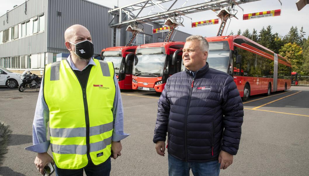 Forbundsleder Jørn Eggum og streikende bussarbeidere og tillitsvalgt Annstein Garnes (til venstre).